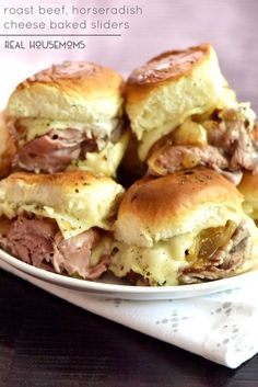 Roast Beef Horseradish Cheese Baked Sliders are the BEST appetizer and the easiest! Roast Beef Horseradish Cheese Baked Sliders are the BEST appetizer and the easiest! Mini Sandwiches, Hawaiian Roll Sandwiches, Hawaiian Roll Sliders, Appetizer Sandwiches, Roast Beef Sandwiches, Vegan Sandwiches, Sandwich Recipes, Sandwich Bar, Soup And Sandwich