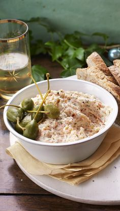 A no-cook Christmas starter using everyones favourite smoked salmon. Just blend with cream cheese and hint of horseradish for a kick! christmas food ideas for dinner Smoked Salmon Terrine, Best Smoked Salmon, Smoked Salmon Starter, Pate Recipes, Fish Recipes, Cooking Recipes, Salmon Recipes, Yummy Recipes, Recipies