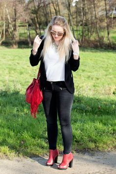 Black, white & red http://cecileetdiane.fr/black-white-red-tenue-mode/