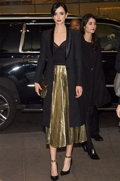 Krysten Ritter en J. Mendel, You can collect images you discovered organize them, add your own ideas to your collections and share with other people. Metallic Skirt Outfit, Pleated Skirt Outfit, Metallic Pleated Skirt, Skirt Outfits, Chic Outfits, Fashion Outfits, Midi Skirt, Winter Skirt Outfit, Winter Outfits