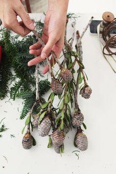 Aprenda a fazer uma Guirlanda de Natal rústica: https://www.casadevalentina.com.br/blog/INSPIRA%C3%87%C3%83O%20DIY%20%7C%20GUIRLANDA%20R%C3%9ASTICA%20E%20NATURAL --------------------------------------------------  Learn how to make a rustic Christmas wreath: https://www.casadevalentina.com.br/blog/INSPIRA%C3%87%C3%83O%20DIY%20%7C%20GUIRLANDA%20R%C3%9ASTICA%20E%20NATURAL