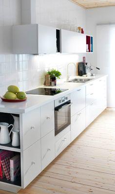 Vitt kök med induktionshäll och vit varmluftsugn