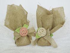 Romantici portaconfetti per il matrimonio realizzati in juta con rose all'uncinetto. Schema rosa all'uncinetto