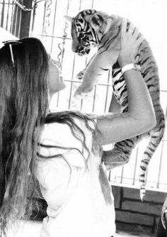 I'm soooooooooooo gonna get a pet tiger and do this!!!!!!!!!!