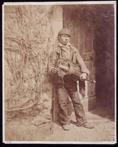An albumen print photograph entitled 'Hurdy-gurdy Man', taken by William Morris Grundy, c. 1855.