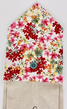 Stitch a super-easy Kitchen Towel Topper with envelope-style closure, free towel topper pattern from Nancy Zieman Productions. Small Sewing Projects, Sewing For Kids, Free Sewing, Sewing Tips, Sewing Hacks, Sewing Tutorials, Sewing Ideas, Sewing Patterns, Hand Towels