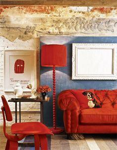 O jogo de cores parte da pintura antiga e se repete no painel de gesso. Pintura especial de Adriana e Carlota. No sofá da Galeazzo Design, o revestimento é de veludo (Coquelicots). Almofada da Cecilia Dale e luminária da Corporação de Ofícios.