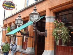 A popular traditional pub which hasn't been ruined over time. Still frequented by writers & scholars. Office Water Cooler, Dublin Pubs, Pub Ideas, Cafe Seating, County Cork, England And Scotland, Irish Men, Ireland Travel, Best Memories