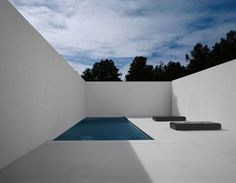 In Santa Fe, Ford constructed a severe concrete-and-plaster-walled courtyard for the pool, which he says was inspired by the work of artist James Turrell. The floor is heated for use in winter. Minimalist Architecture, Landscape Architecture, Interior Architecture, Concrete Architecture, Exterior Design, Interior And Exterior, Swimming Pool Designs, Garden Pool, Cool Pools