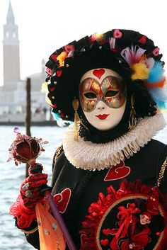 Queen of Hearts. Costume worn in Venice, Italy at Carnival in Color photography by Donna Corless. Venetian Carnival Masks, Mardi Gras Carnival, Carnival Of Venice, Venetian Masquerade, Masquerade Ball, Venice Carnivale, Venice Mask, Costume Carnaval, Carnival Costumes