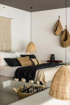 chambre a coucher moderne, murs blancs, deco exotique dans la chambre a coucher … modern bedroom, white walls, exotic deco in the complete adult bedroom Boho Chic Bedroom, Trendy Bedroom, Modern Bedroom, Bedroom Rustic, Bedroom Black, Industrial Bedroom, Bedroom Neutral, Contemporary Bedroom, Plaid Bedroom