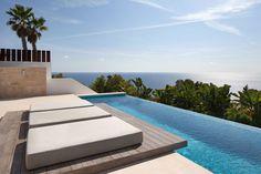 Piscine à débordement de cette résidence de standing offrant une vue imprenable sur la mer