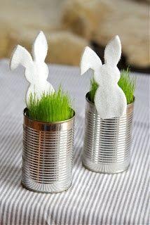 Mais simples impossível: reciclagem charmosa. Latas vazias + siluetas de coelho recortadas em feltro = um arranjo de mesa ou um porta lembrancinhas charmoso em dois minutos.