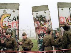 Soldados da Alemanha Oriental em frente ao muro destruído em novembro de 1989  Foto: AFP