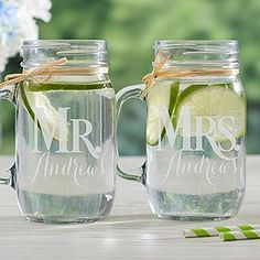 Personalized mason jars for the newlyweds. Mason jars personalizados para la flamante pareja.
