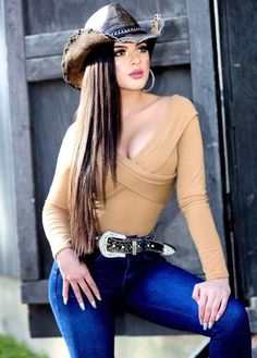 Alligator skin hat, crocodile skin hat, alligator skin baseball cap and crocodile baseball cap for sale, all of our genuine alligator and crocodile skin hats are handcrafted by skilled and professional craftsmen. Cute Country Girl, Looks Country, Sexy Cowgirl Outfits, Western Outfits, Vaquera Sexy, Rodeo Girls, Cowboy Girl, Sexy Jeans, Girls Jeans