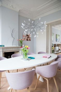 Comedores con sillas desparejadas y/o tapizadas en color · Diningrooms with upholstered and/or mismatched chairs*