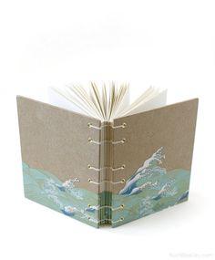 Wenn Sie mich auf Instagram verfolgt habe, sah Sie mich dieses schöne und einzigartige handgemachte Journal mit japanischen Wellen-Papier (www.instagram.com/ Ruthbleakley) zu erstellen. Ich schneiden Sie das Muster auf dem Cover es auf mit einer dünnen Acryl-Politur versiegelt und spezielle Wirbelsäule Wickel angelegt, so dass es aussieht, als ob das Design über den Rand des Buches waschen ist. Das Buch ist eine robuste 4,5 x 6 mit dichten Bookboard-Abdeckungen, die auch in die feucht...