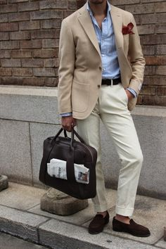 Beige/cream sports jacket, pale blue gingham shirt, cream trousers, dark brown suede saddle loafers and a burgundy pocket square for a pop of colour. Mens Fashion Blog, Fashion Moda, Men's Fashion, Style Casual, My Style, Style Blog, Smart Casual, Classic Men, Herren Style