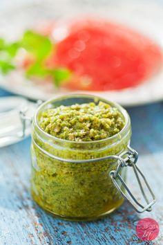 Pesto z jarmużu z czosnkiem, parmezanem, olejem lnianym i prażonym słonecznikiem.   http://DOROTA.iN/pesto-z-jarmuzu/  Najlepsze pesto jarmużowe do makaronu, ryżu, kaszy oraz kanapek.  #food #kuchnia #przepis #jarmuz