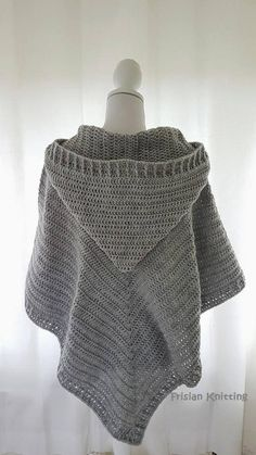 Poncho from CCC - poncho with moss stitch with a pocket on front. Poncho Pattern: Chain the chains with a slip SC, increase on ev Poncho Shawl, Knitted Poncho, Diy Crochet, Crochet Shawl, Crochet Edgings, Freeform Crochet, Crochet Tops, Crochet Motif, Hooded Poncho Pattern