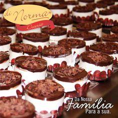 Mini Francês: Creme de baunilha intercalado com biscoito tipo Maria, cobertura de chocolate e rolinhos de chocolate ao leite e chocolate branco. #love #DiNorma #curta #siga e #compartilhe