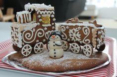 Viime vuonna kummilapset saivat tällaisen. Yksinäinen juna sai seurakseen marsipaanista tehdyn lumiukon. - #Joulu #Piparkakku #PipariBattle2013 sarja #3D