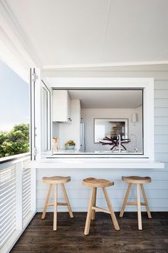 Dreamy beach house offers relaxed living off Australian coast - Strandhaus - Beach House Kitchens, Home Kitchens, Coastal Kitchens, Moraira, Home Reno, Beach House Decor, Beach House Interiors, Beach House Bathroom, Beach Cottages