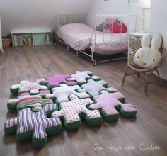 Come cucire un tappeto composto di cuscini a forma di pezzi di puzzle.