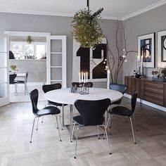 Table designed by Poul Kjærholm and Arne Jacobsens chairs, leather. I just love the huge mistletoe hanging over the dining table.A nice, clean Nordic feeling. by sonya Dining Room Design, Interior Design Living Room, Interior Decorating, Danish Furniture, Furniture Design, Arne Jacobsen Chair, Home Design, Dining Room Lighting, Decoration Design