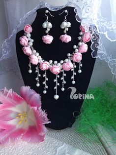 This is the awesome floral jewellery piece Flower Jewellery For Haldi, Indian Wedding Jewelry, Flower Jewelry, Fabric Jewelry, Bridal Jewellery, Gota Patti Jewellery, Diy Jewelry Necklace, Flower Ornaments, Bindi