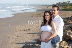 """Pareja embarazada en la playa"""" Fotos de archivo e imágenes libres ..."""