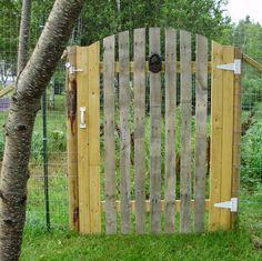 Quelle est la meilleure place d'une palette de bois si ce n'est son retour en extérieur pour se transformer en portail ?