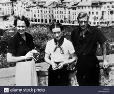 Download this stock image: EDWARD VIII (1894-1972)./nKing of Great Britain. Edward and Mrs. Wallis Simpson (1896-1986) (Center), who would become the Duchess of Windsor, with Katherine Rogers while on a cruise in the Adriatic Sea. Photographed 1936. - FFE2CN from Alamy's library of millions of high resolution stock photos, illustrations and vectors.