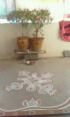 Rangoli Borders, Rangoli Border Designs, Rangoli Designs Diwali, Rangoli Designs With Dots, Diwali Rangoli, Easy Rangoli, Tulasi Plant, Housewarming Decorations, Kerala House Design