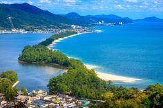 天橋立は、宮城の松島、広島の宮島とともに日本三景に名を連ねる名勝。延長3.6kmの砂嘴(さし)、智恩寺境内を含む橋立付随地、傘松公園を含めた総称で、傘松公園から股のぞきで見る景観が有名。天に向かっていくように見えることから名前の由来にもなっている。