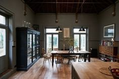 On the Market: A Historical House Reimagined for a Modern Family in Stroud, England (Remodelista: Sourcebook for the Considered Home) Vintage Modern, Midcentury Modern, Mad About The House, Devol Kitchens, Deco Design, Design Design, Modern Family, Modern Living, Historic Homes