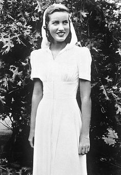 """""""Daughter,"""" she was told, """"you are a disgrace. You're not a lady."""" """"Of course… Edie Bouvier Beale, Edie Beale, Edith Bouvier, Grey Gardens House, Gray Gardens, Old Hollywood Glamour, Vintage Hollywood, Grey Gardens Documentary, 1940s Fashion"""