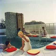 Bathers round a pool in Sotogrande, Spain, August 1975. Коллекция снимков за авторством Слима Ааронса, которого в шутку можно было бы обозвать 'фотографом бассейнов', ведь именно это…