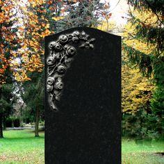 Romantischer Grabstein mit Blumen »Corianda« schwarz • Qualität & Service direkt vom Bildhauer • Jetzt Grabstein online kaufen bei ▷ Serafinum.de