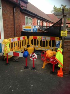 Eyfs Outdoor Area, Outdoor Play Areas, Eyfs Activities, Activities For Boys, Outdoor School, Outdoor Classroom, Construction Area Ideas, Construction Party, Outdoor Learning Spaces