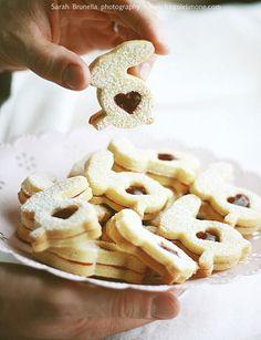Non pretenderete davvero che vi presenti questi biscotti, vero? In versioni differenti, frolle differenti, confetture... sono i meravigliosi e sempre squisiti biscotti con la confettura o occhio di bue. Era un'eternità che non rifacevo questa semplice...
