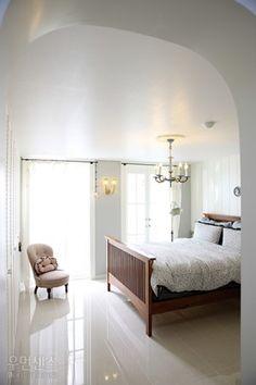 미술학도였던 부부가 함께 '인테리어'라는 한 우물만 판 지 20여 년이 된 올해 초, 그들의 두 번째 집이 완성됐다. 가족의 서로 다른 라이프스타일을 존중해 각자의 취향이 돋보이는, 프렌치 스타일과 모던함이 공존하는 아파트의 개조 일지를 공개한다.