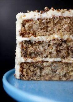 O Hummingbird Cake é um bolo do sul dos Estados Unidos feito com banana, abacaxi, noz pecã e temperos como canela, gengibre e noz moscada. A cobertura é geralmente feita com cream cheese. Alguém já…