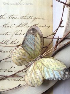 Old Book Crafts, Book Page Crafts, Butterfly Crafts, Butterfly Art, Origami, Paper Butterflies, Paper Flowers, Book Flowers, Diy And Crafts