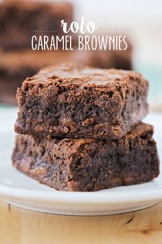 These rich and fudgy Rolo caramel brownies are so indulgent and delicious! Every time I sit down to write about some brownies that I& made, I get stuck staring at the picture and sighing. (And ofte Rolo Brownies, Caramel Brownies, Brownie Bar, Brownie Pudding, Best Dessert Recipes, Fun Desserts, Sweet Recipes, Delicious Desserts, Chocolate Desserts