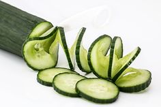 How to Use Cucumber Water for Weight Loss - Detox Diet. With only 13 calories per 100 grams, the cucumber is a food that is present in all the fad diets for weight loss. Its cleansing. Weight Loss Tea, Lose Weight, Comidas Detox, Cucumber Health Benefits, Cucumber Nutrition, Juicing Benefits, Tea Benefits, Liver Detox, Salads