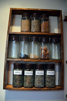 Polička na koreničky a sušené čaje