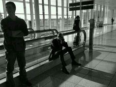 Прем'єр-міністр України Арсеній Яценюк очікує на свій рейс в аеропорту Мюнхена.