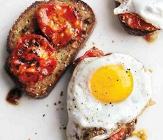 Charred Tomatoes with Fried Eggs on Garlic Toast Recipe / foodie / yum / breakfast and brunch Best Breakfast Sandwich, Breakfast Time, Breakfast Ideas, Savory Breakfast, Breakfast Toast, Breakfast Recipes, Vegetarian Breakfast, Health Breakfast, Brunch Ideas